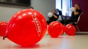 Tre av guttene fra Brannsjansen  har fått i oppgave å blåse opp hele 300 Brann-ballonger før kick-off 2017.