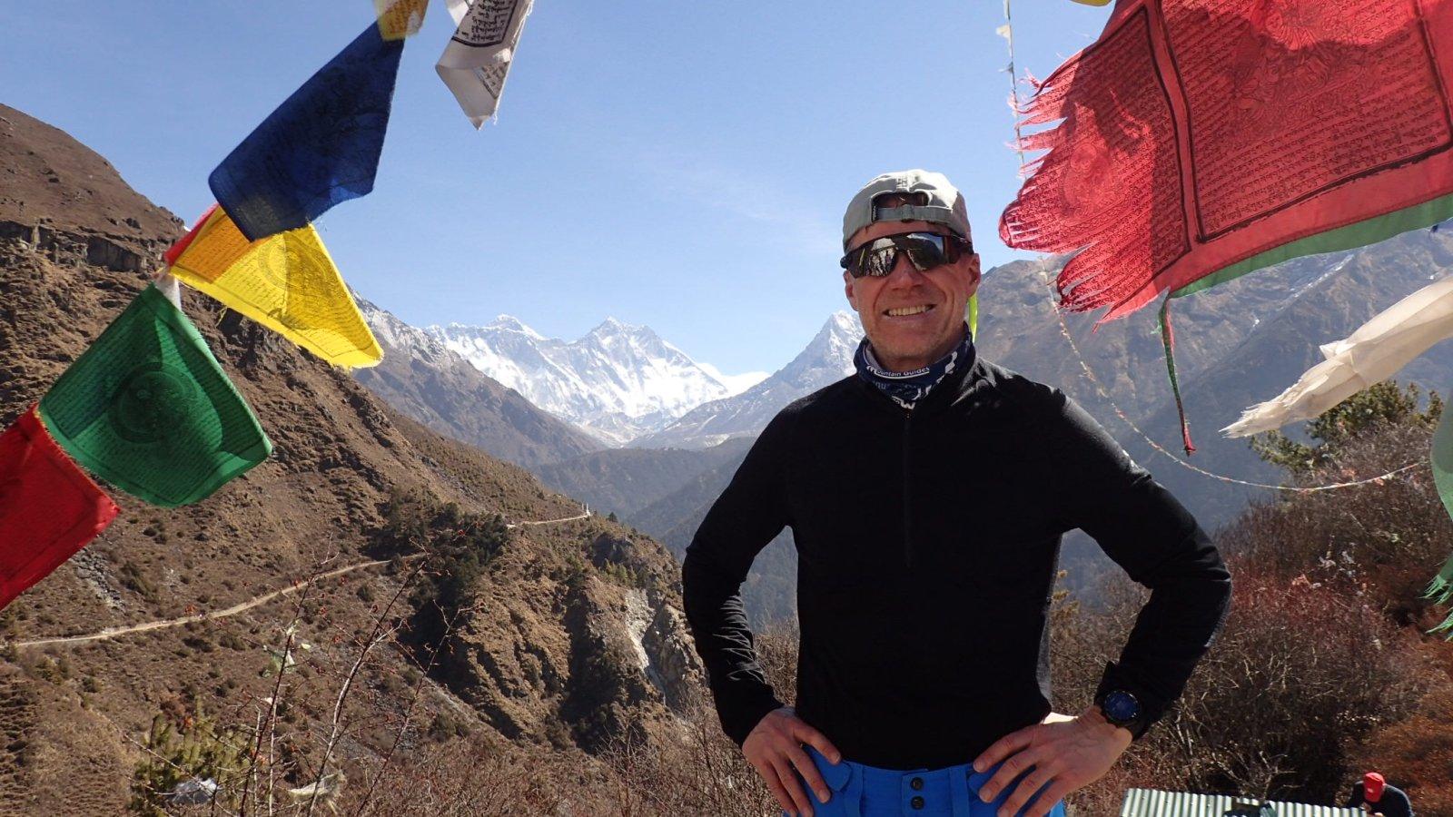 Dag 5 av turen. Ca 3.700 meter. Første gang vi ser toppen av Mount Everest (toppen til venstre på bildet). Foto: privat.