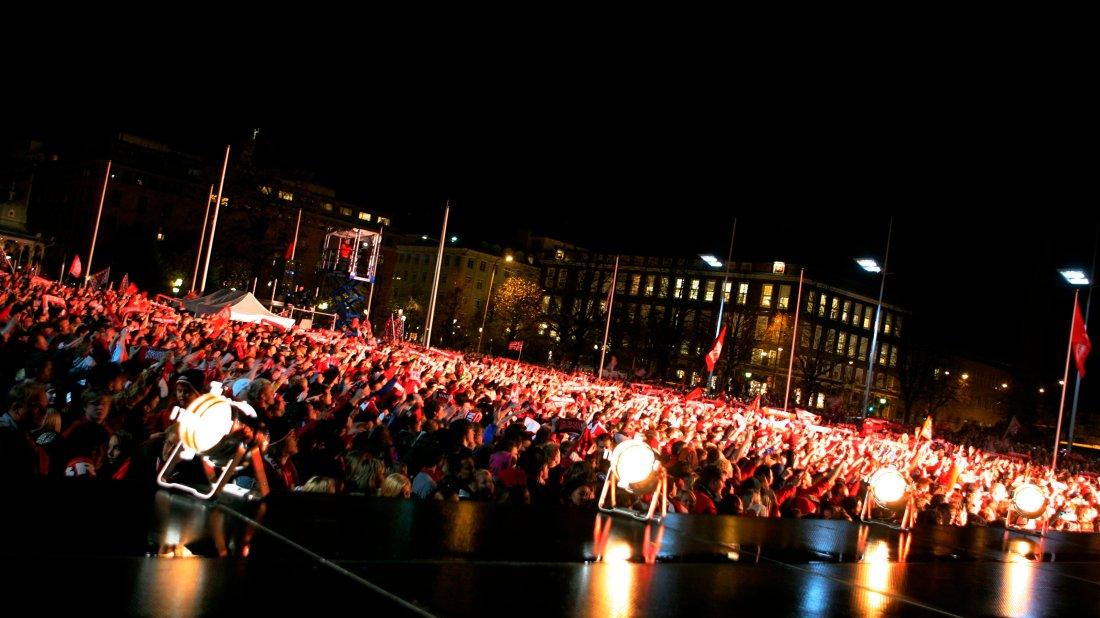 FOLKEHAV: Hundretusener samlet seg i Bergen sentrum i 2007 for å hylle Brann-laget som tok gullet hem.