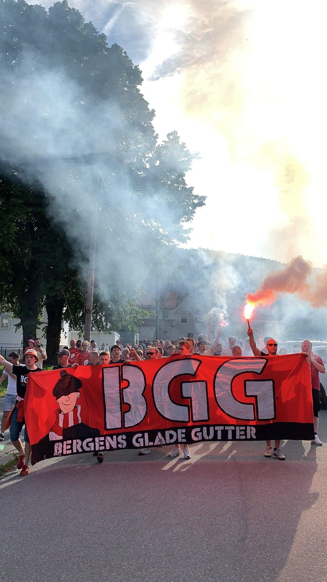 Brann - LSK 2021 publikum BGG går mot Stadion.jpg