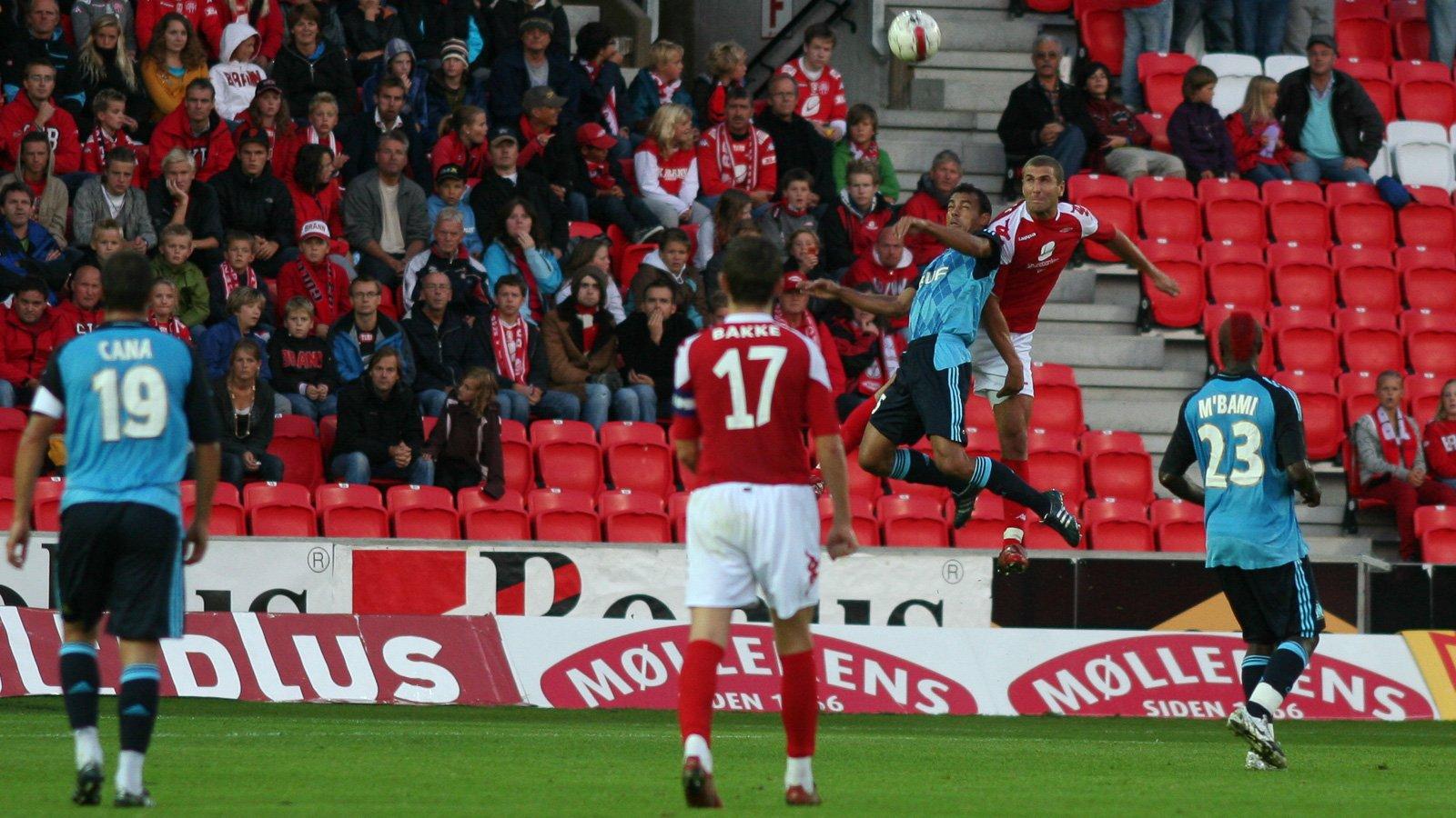 Azar Karadas i duell mot Marseille i Champions League-kvalifisering på Stadion, august 2008.