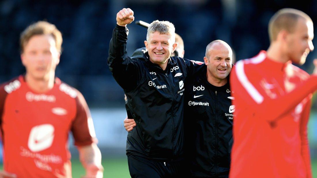 GLEDE: Trener Lars Arne Nilsen sammen med assistent Robert Hauge.