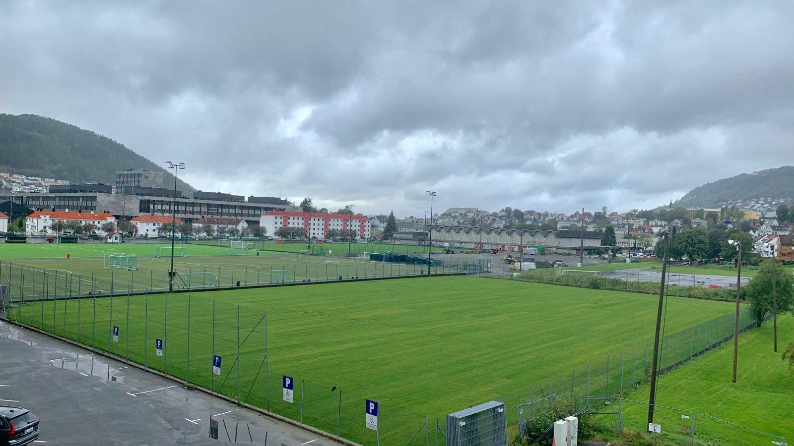 Slik ser treningsbanen på Nymark ut etter at gressmatten har blitt skiftet. Bildet er tatt onsdag ettermiddag.