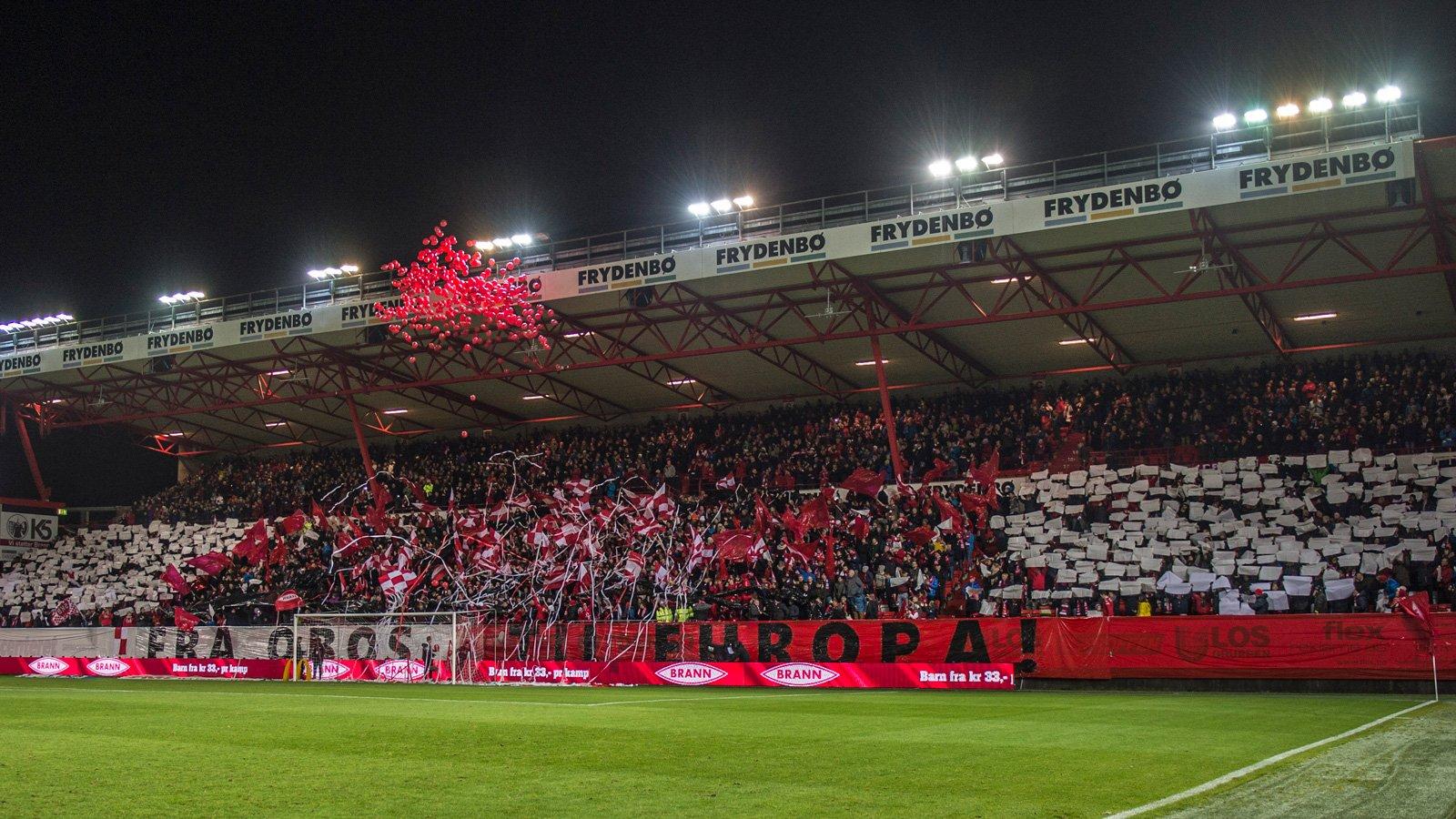 Tifo på Frydenbø-tribunen før siste seriekamp mot Sarpsborg 08 i 2016.