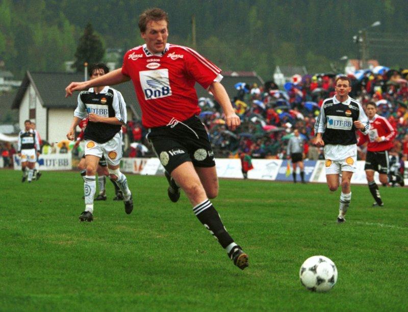 Per-Ove i aksjon mot Strømsgodset på Nedre Eiker stadion i 1996.