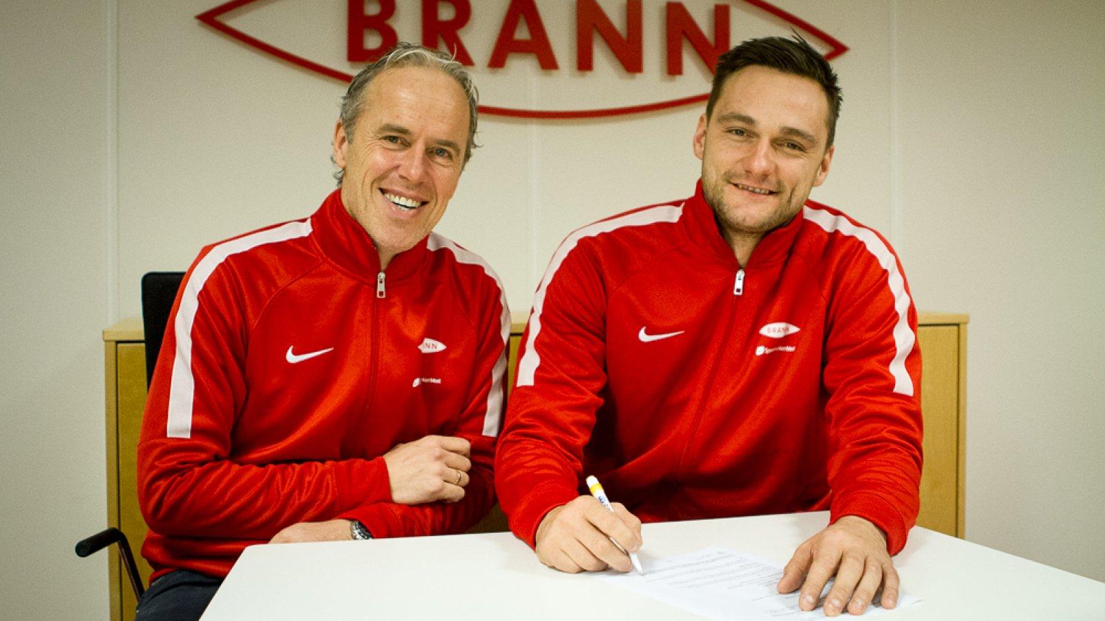 NY KONTRAKT: Piotr Leciejewski skriver under ny kontrakt som varer ut 2019. Her sammen med sportssjef Rune Soltvedt (t.v.).