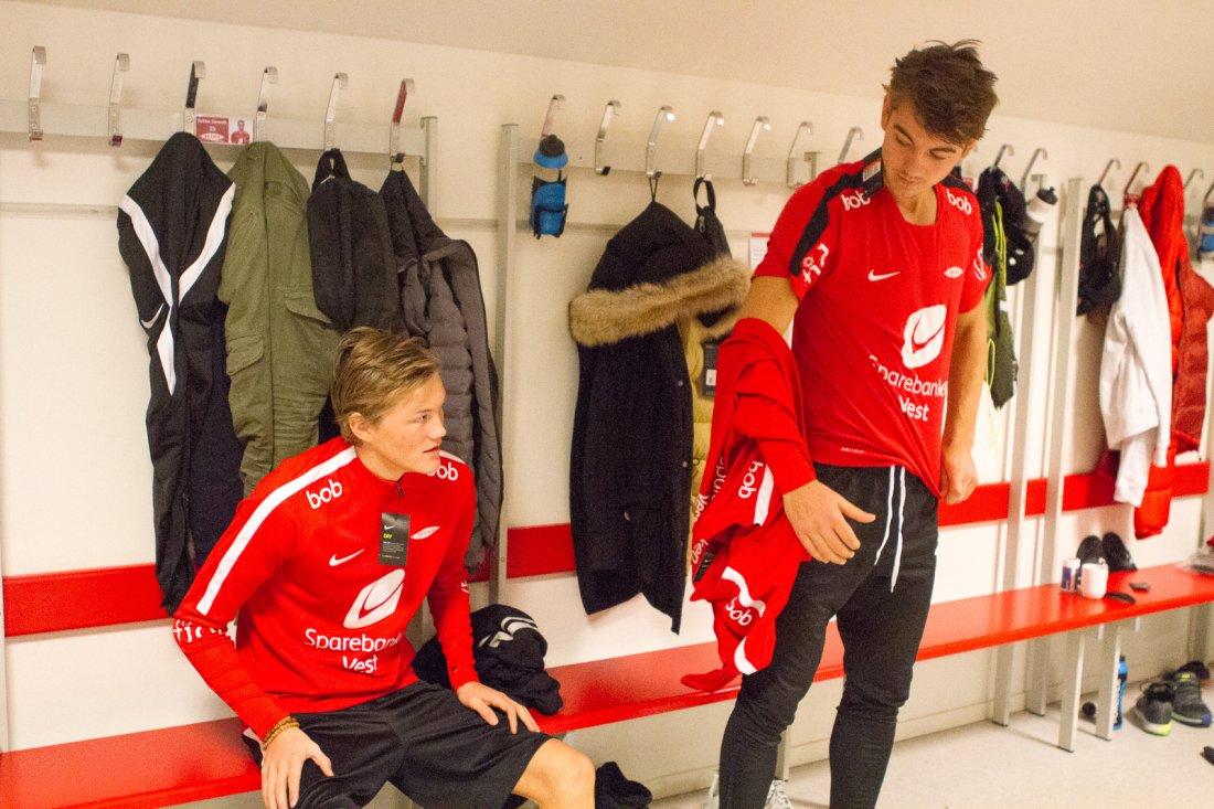 Halldor Stenevik og Fredrik Pallesen Knudsen prøver størrelser til nytt Nike treningstøy.