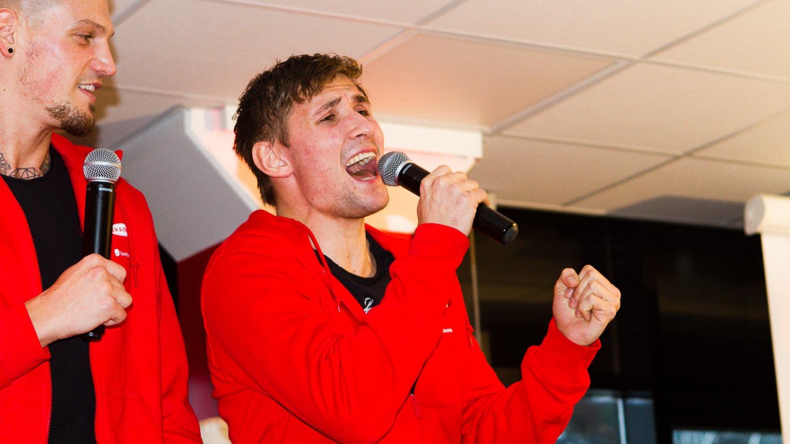 Steffen Lie Skålevik måtte synge på nyttårslunsjen som straff for tapte øvelser på formiddagens trening.