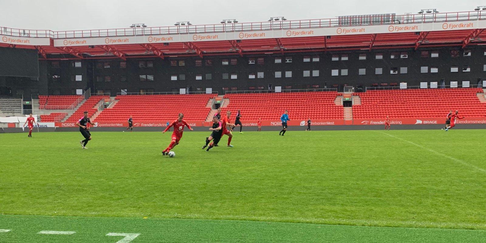 Petter Strand i fint driv mot Nest-Sotra på stadion.