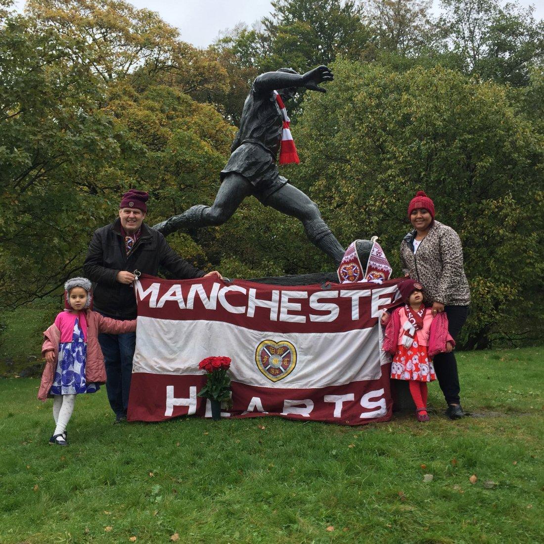 HELE FAMILIEN til John McBurnie avbildet foran Kniksen-statuen utenfor Stadion denne uken.