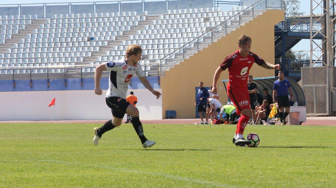 GAMLE KJENTE: Eirik Birkelund med fortid i Brann i duell med Fredrik Haugen i mandagens kamp på Gran Canaria.