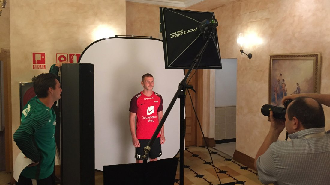 FOTO SHOOT: Denne uken er det både treninger, kamp og masse medieoppdrag for Brann-spillerne. Gilli liker oppmerksomheten som følger med klubben.